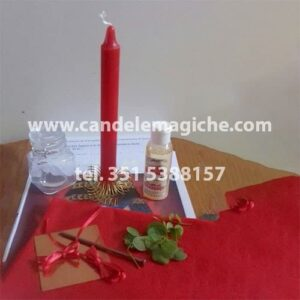 una candela rossa e altri accessori per il rituale d'amore di cleopatra