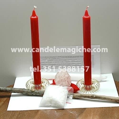 candele rosse, ramo di nocciolo e pietra di quarzo per incantesimo d'amore