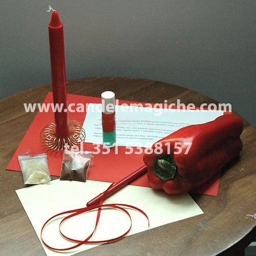 candela rossa e peperone per il rito dell'agnello mansueto