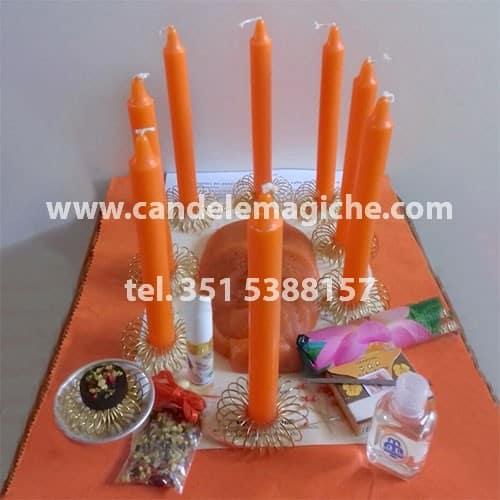 candele arancioni e candela figurata per il rito della candela del pensiero