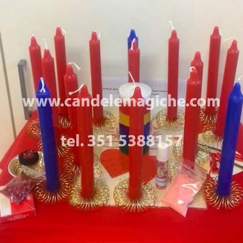 seti candele rosse e azzurre per rito voodoo della passione e del sentimento