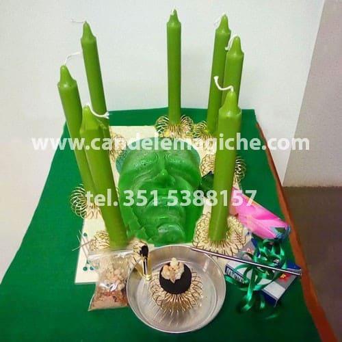 candele verdi e candela figurata del pensiero per rituale