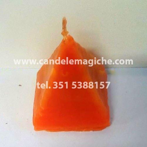 candela artigianale a forma di piramide di colore arancione