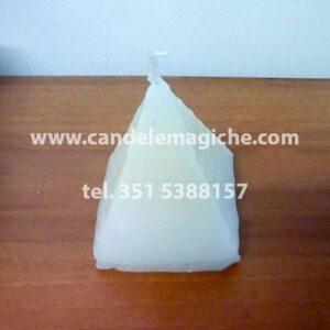 candela a forma di piramide bianca