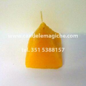 candela artigianale a forma di piramide di colore giallo