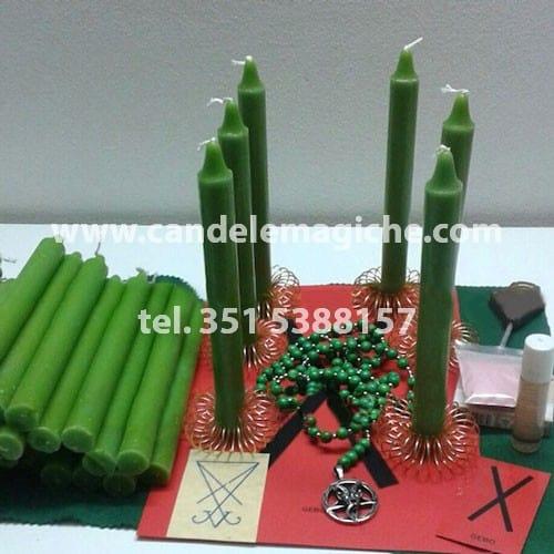 seti di candele verdi e altri accessori per il rituale di legamento d'amore della corona luciferiana