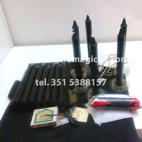 set di candele nere e altri accessori per il rituale della corona luciferiana di rovina e distruzione