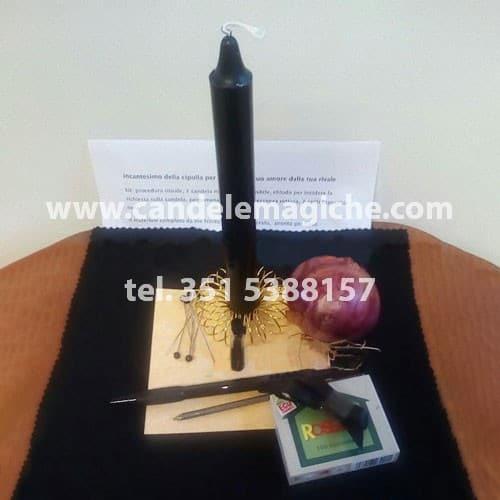 candela nera, cipolla e fiammiferi per svolgere l'incantesimo della cipolla