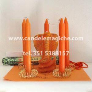 candele cilindriche arancioni e candela figurata del cobra arancione