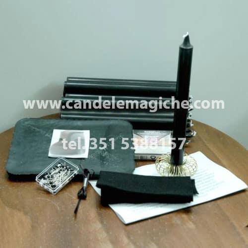 set di candele nere per svolgere il rito della mattonella nera