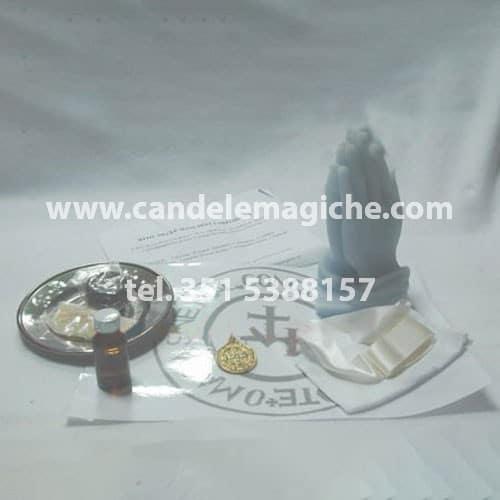 candela a forma di mani che pregano