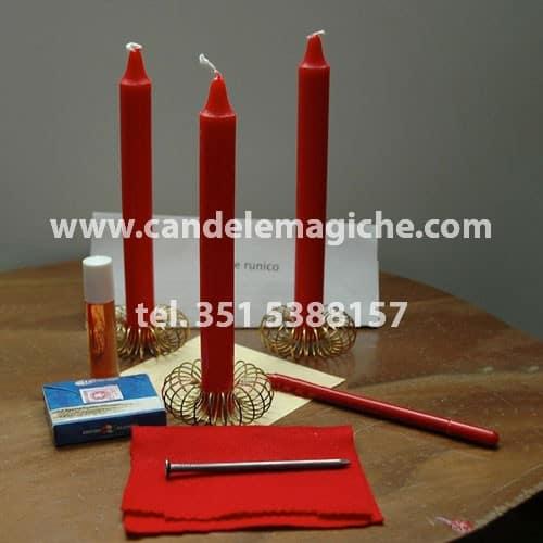 tre candele rosse per rito runico con le rune Hagalaz e Peorth