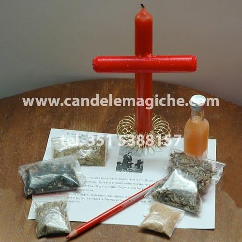 candela rossa a forma di croce per rituale della dimenticanza