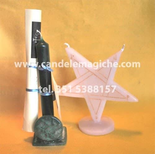 una candela verde e una candela a forma di stella per il rito luciferiano di agares