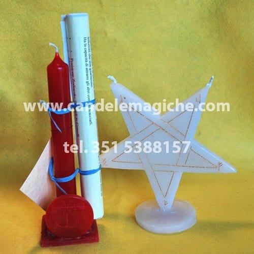 una candela rossa e una candela a forma di stella per il rituale luciferiano oriax