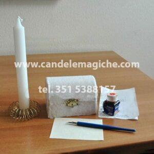 scrigno magico di colore bianco e candela bianca per rituale di benessere