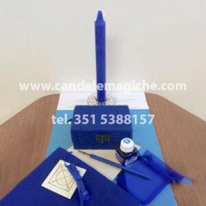 candela e scrigno magico di colore blu per rituale per avere successo