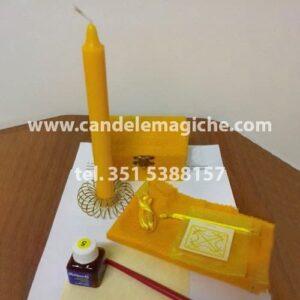 candela e scrigno magico di colore giallo per rituale