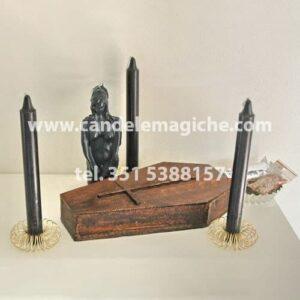 tre candele nere e bara di legno per il rito della bara