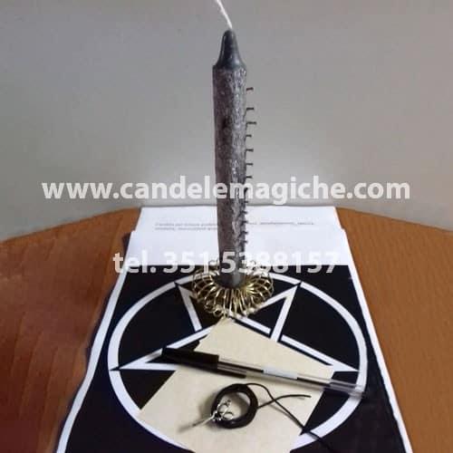 candela con chiodi e polvere