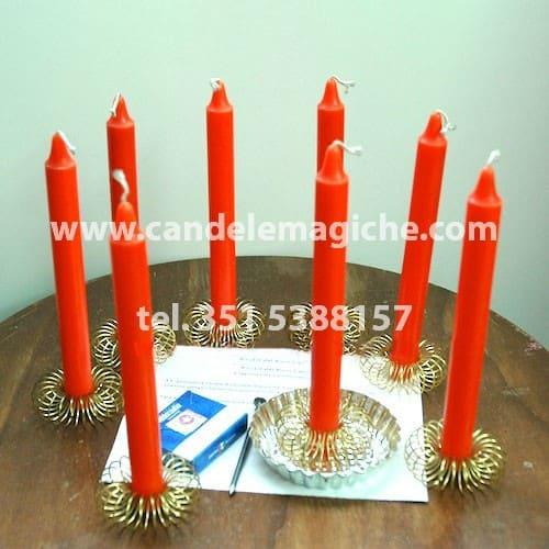 otto candele arancioni per svolgere il rito della buona sorte