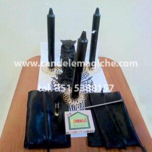 candele nere, candela a forma di gufo e altri accessori per svolgere il rito del gufo
