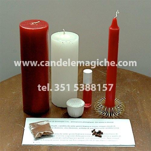 candela bianca e rossa e altro materiale per il rito del leone