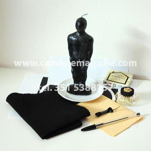 bambolina in cera nera per svolgere il rito di magia medioevale