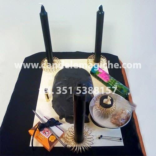 candela nera del pensiero e altro materiale necessario a svolgere il rituale del pensiero per distruzione