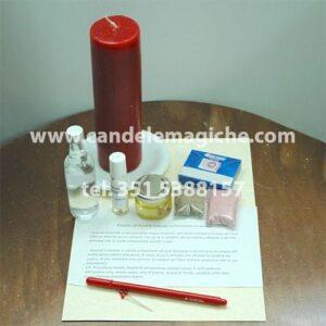 una candela rossa e altro materiale occorrente per il rituale all'anima sola
