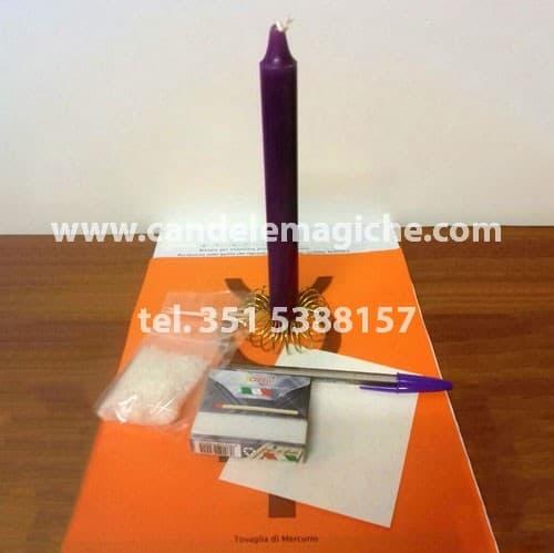 una candela viola e altro materiale occorrente per svolgere il rituale per eliminare i problemi sul lavoro