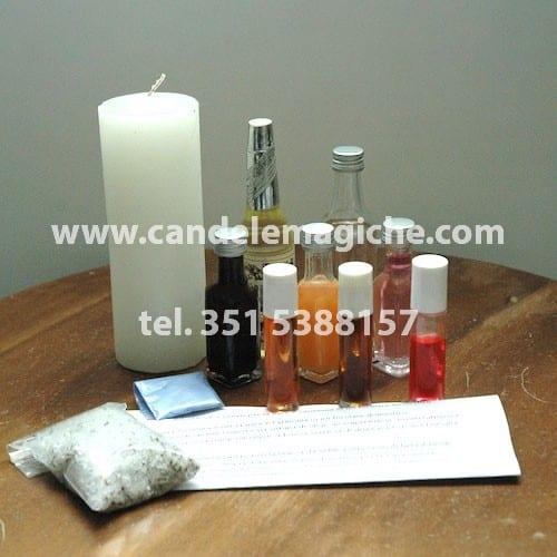 una candela bianca e kit di oli magici per il rituale di loreto