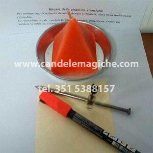 candela a forma di piramide arancione per rituale