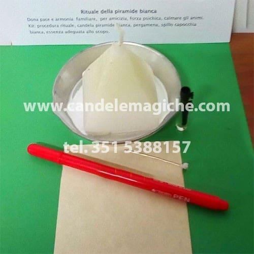 candela figurata a forma di piramide bianca per rituale