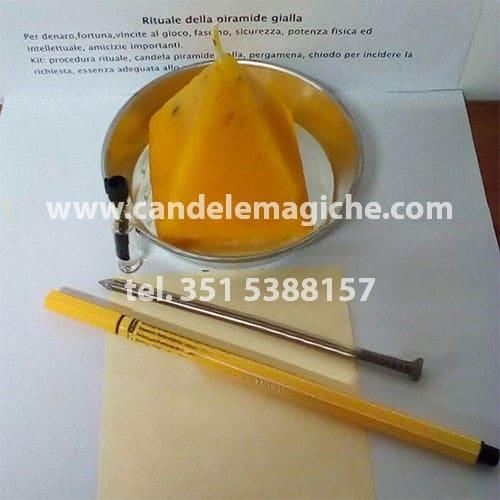 candela a forma di piramide gialla per rituale