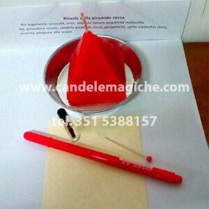 candela a forma di piramide rossa per rituale