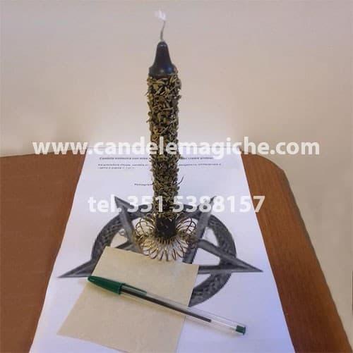 candela esoterica con erbe e polveri magiche