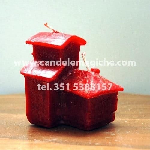 candela a forma di casa di colore rosso