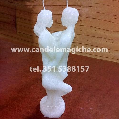 candela in cera bianca a forma di statuetta con due persone abbracciate