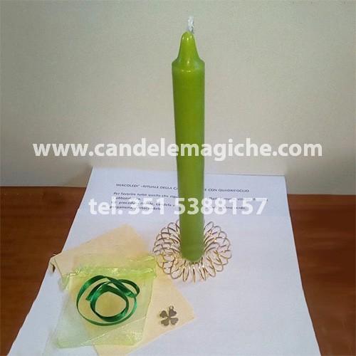 candela verde con talismano a forma di quadrifoglio