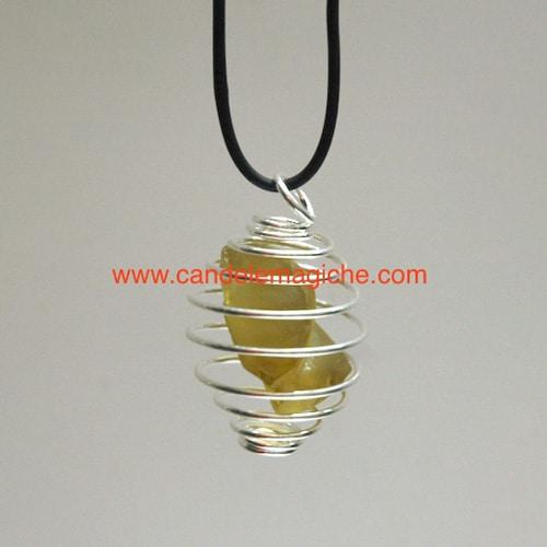 ciondolo con pietra ortoclasio dorato avvolta da gabbia a spirale