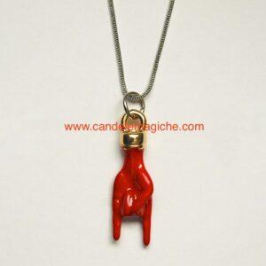 collana con ciondolo a forma di mano con corna di colore rosso