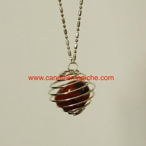 collana portafortuna con ciondolo a pietra diaspro rosso avvolto da gabbia a spirale