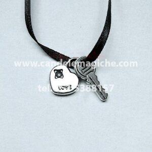 piccolo talismano con ciondoli raffiguranti una chiave ed un lucchetto