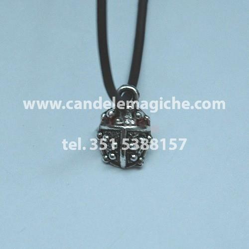 talismano portafortuna con ciondolo a forma di coccinella
