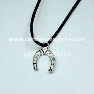 talismano con ciondolo a forma di ferro di cavallo