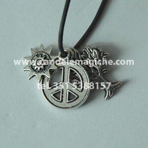 talismano con tre ciondoli a forma di simbolo della pace, albero dell'abbondanza e sole